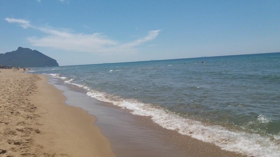 """A Sabaudia si prenota la spiaggia libera, come il virus """"uccide"""" la logica"""