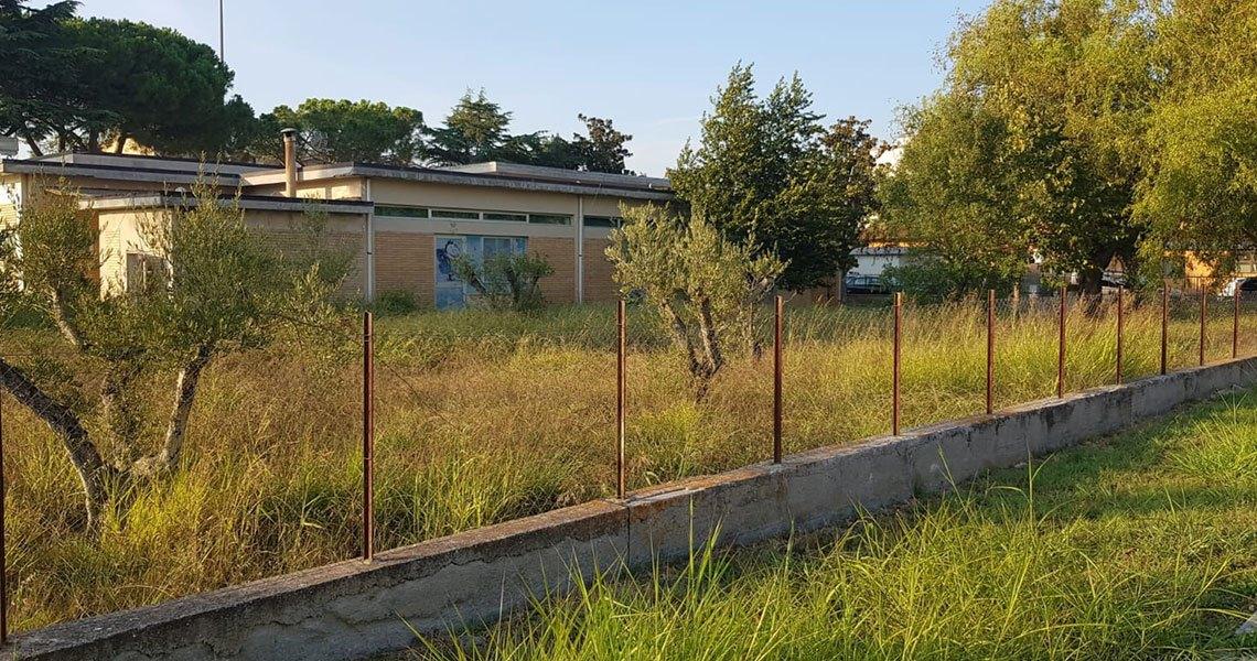 Borgo Faiti, Di Trapano, calcinacci e erba alta nella scuola