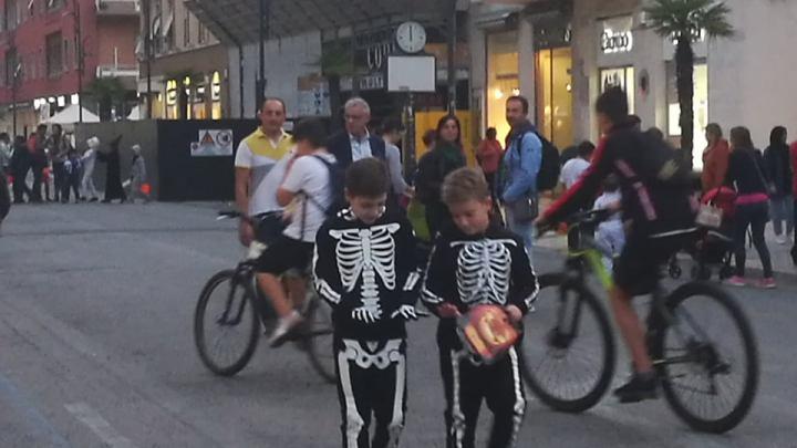 Piazza del popolo e l'invasione dei piccoli spiriti, per tacer degli zombie
