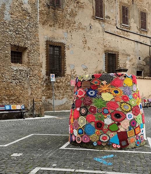 Giulianello, Chi dice Donna riempie il centro di colori