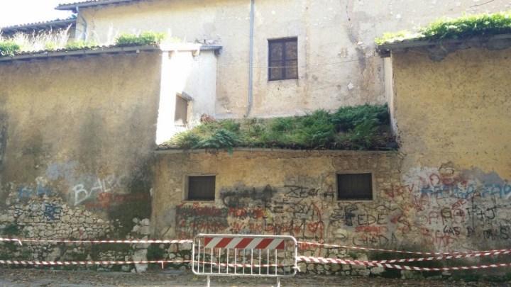 Sezze, i preti vogliono la piazza ma non danno la chiesa chiusa alla Macchia