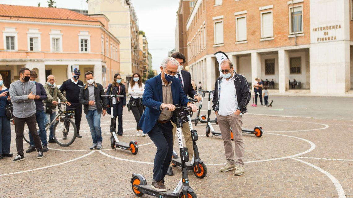 Monopattino: Coletta e la Ciolfi lo usano nell'area dei pedoni di Piazza del Popolo