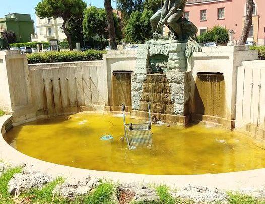 Piazza del Quadrato: il bagno del carrello e il degrado di una città