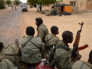 Soldats maliens dans les rues de Tombouctou.AFP PHOTO ERIC FEFERBERG