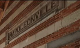 """Ecriture """"Napoléonville"""" pignon gare Pointivy"""