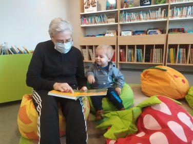 lire des livres à ses petits-enfants