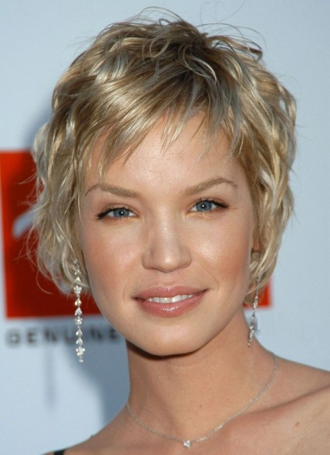 Very short hairstyle with a layered application of two colors.