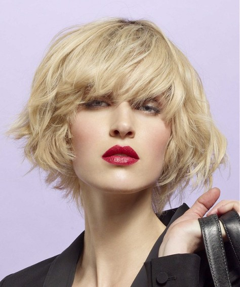 Blonde bob with volume and kneaded to become wavy and tousled.