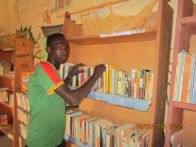 Un lecteur de la bibliothèque de Bougounam