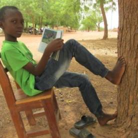 Un campeur pendant la lecture libre guidée (2)
