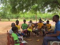 séance de lecture en petit groupe à Mané