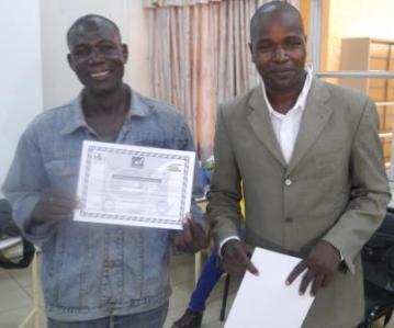 Le gérant de Pobé reçoit son attestation des mains du représentant de FAVL
