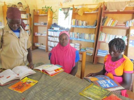 Des eleves du secodires venus consultés des livres a la bibliotheque.