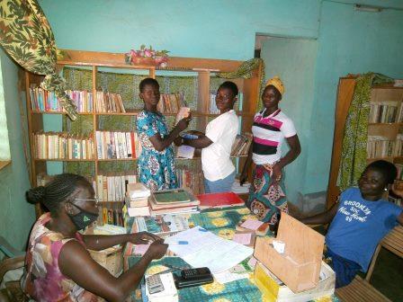 Echange de livre à la bibliothèque de Karaba