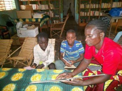 Lecture d'un livre aux enfants à Karaba