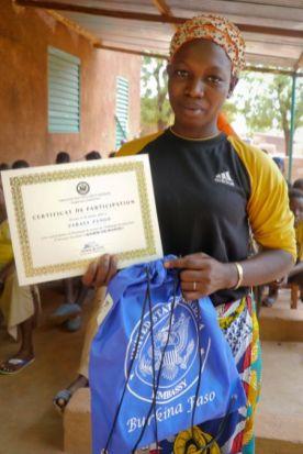 Une eleve de la classe de terminale a Rouko apprécie son prix
