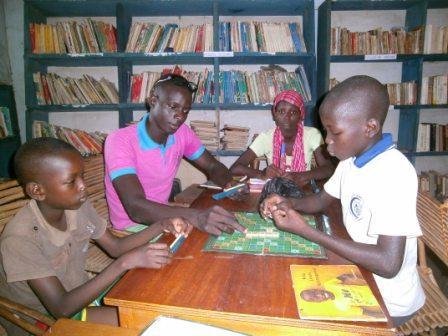 Initiation des enfants au jeu de scrabble à la bibliothèque de Koumbia