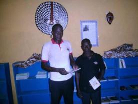 Mamboué Dofini et le secrétaire de CVGT de Koho visite la bibliothèque de Koho