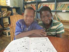 Lecture de la bande dessinée à la bibliothèque de Koumbia