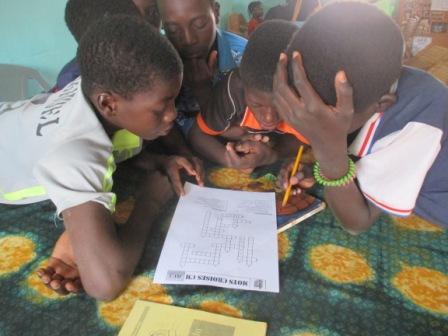 Concours de jeu de mots croisés à Karaba groupe des garçons