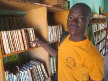 Sana Kalifa lecteur de la bibliothèque de Karaba échange son livre