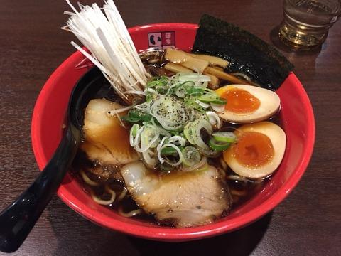 秘伝の魚醤が生み出す黒いスープは、富山の風味がいっぱい。富山ブラックラーメン「麺屋いろは」に行く。