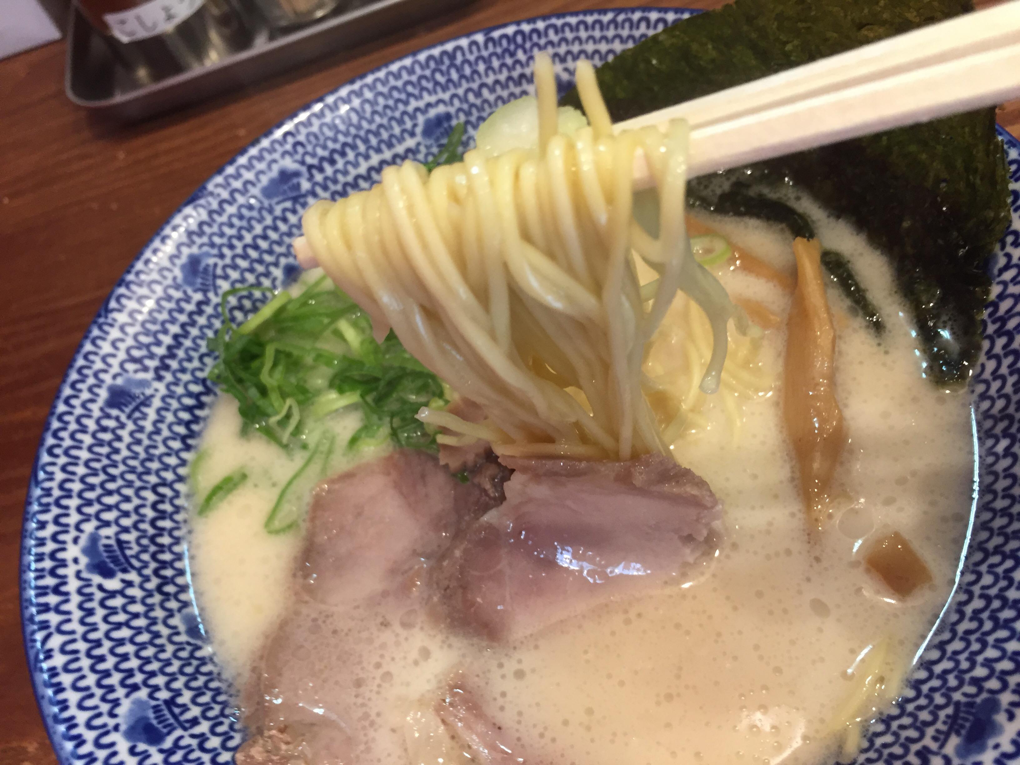 大宮駅近く、ミルクのようなやさしい豚骨スープ