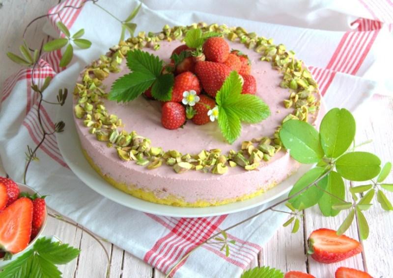 Semifrio de morango e pistachos