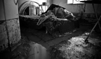 Quarto da Casa de D. Sônia na rua Jerônimo Afonso, no bairro Caramujo coberta de lama. Até agora a defesa civil não foi vistoriar esta casa, o que deixa os moradores bastante aflitos. Foto:Fábio Caffé / Favela em Foco