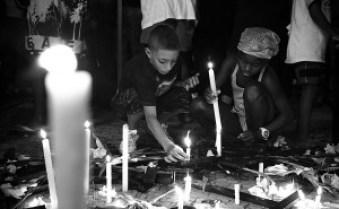 Crianças acendem velas em protesto pelas vítimas das chuvas em Niterói. Foto: Thiago Carminati/ Favela em Foco