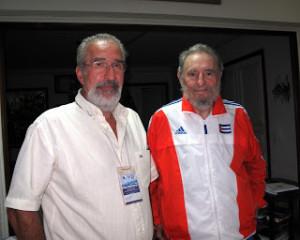 O autor do artigo com Fidel (Foto: blog de Atilio Boron)