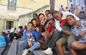 Alexandre (ao centro) com crianças cubanas em um local de treinamento de boxe.