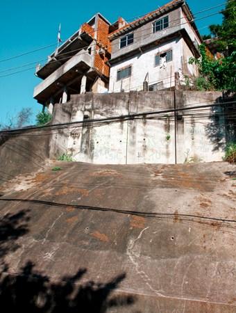 Uma das obras de contenção realizadas durante o Favela-Bairro, que atuou na comunidade na década de 80. Foto: Renan Oliveira.