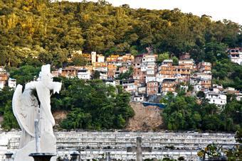 Comunidade da Estadinha, no Morro dos Tabajaras, visto de dentro do cemitério São João Batista. Foto: Renan Oliveira.
