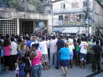 Assembleia na quadra da comunidade, para debater articular a resistência à remoção dos moradores, com a presença de cerca de 200 pessoas. Foto: Eduardo Sá/Fazendo Media.