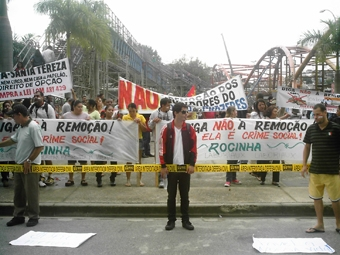 """""""Contra a covardia, em defesa da moradia"""", gritavam os manifestantes em frente à prefeitura. Foto: Eduardo Sá/Fazendo Media."""