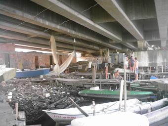 Colônia de pescadores na comunidade Vila Pinheiro, no Complexo da Maré, na zona norte do Rio. O cais fica embaixo da Linha Vermelha, no gargalo do Canal do Cunha, o mais sujo da Baía de Guanabara. Foto: Eduardo Sá/Fazendo Media.