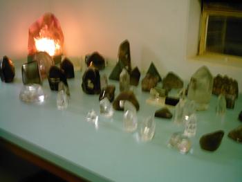 Pedras de quartzo, amostras que ficam na cooperativa para a negociação. Foto: Eduardo Sá.