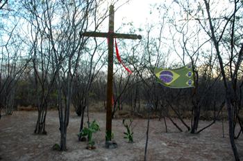Cruz fincada no local onde os guerrilheiros foram mortos, em Pitanda-BA. Foto: Valdemi Silva - PT/Osasco.