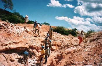 O trabalho coletivo dos garimpeiros na extração do minério, no sertão da Bahia. Foto: Eduardo Sá.