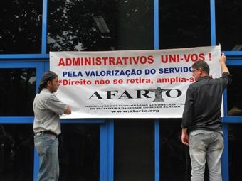 Faixa chamando os trabalhadores para se unirem pela valorização dos servidores. Foto: Gabriel Bernardo/Fazendo Media.
