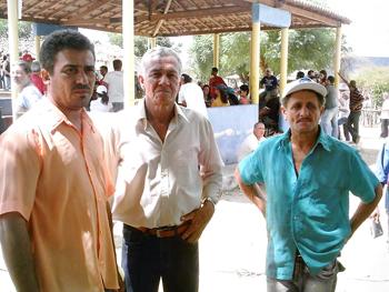 Da esquerda para a direita, os garimpeiros: Marco Antônio Quinteiro, Lourivaldo Pereira da Silva e Antônio Cléber, na ativadade em Buriti Cristalino. Foto: Eduardo Sá