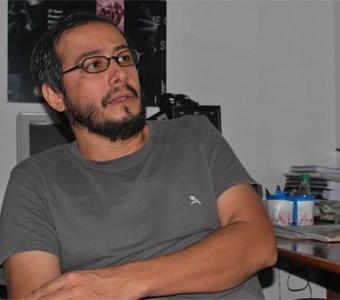 Sérgio Kalili, em entrevista exclusiva ao Fazendo Media, na sede da ong Justiça Global. Foto: Gabriel Bernardo/Fazendo Media.