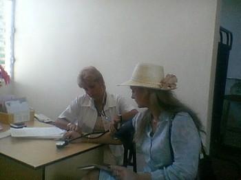 Quando esteve em Cuba, em 2003, a deputada Lilian Sá foi conhecer com outros parlamentares o médico de família, uma equipe residente no próprio conjunto habitacional