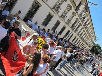 Manifestantes em passeata caminhando para a sede da Vale.