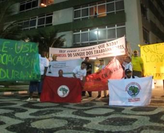 Manifestantes em frente ao prédio do presidente da Vale, em Ipanema, no Rio de Janeiro.
