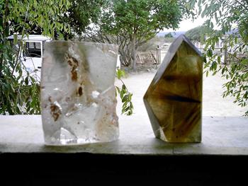 Quartzo puro e quartzo rutilado, na janela da cooperativa, com a caminhonete da Casef ao fundo. Foto: Eduardo Sá.