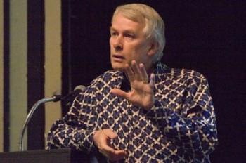 """Richard J. Roberts: """"É habitual que as farmacêuticas estejam interessadas em investigação não para curar, mas sim para tornar crónicas as doenças com medicamentos cronificadores"""". Foto de Wally Hartshorn"""