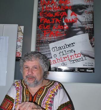 """Silvio Tendler com com o poster de """"Glauber o filme, labirinto do Brasil"""", sua obra lançada em 2002. Foto: Gabriel Bernardo/Fazendo Media."""