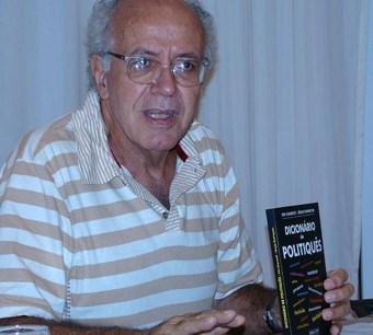 Vito Giannotti com o seu mais novo livro lançado, o Dicionário do Politiquês, um manual prático de linguagem. Foto: Camila Marins.